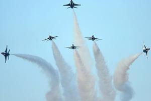 USAF Thunderbirds performing the Delta Burst