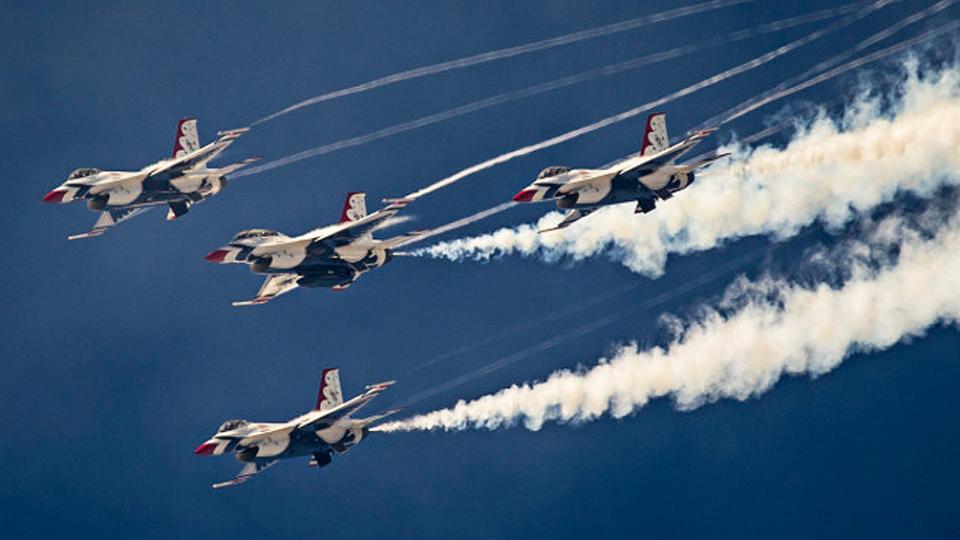 4 USAF Thunderbird jets performing the Arrowhead Loop