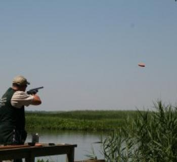Man shooting a clay pigeon Photo